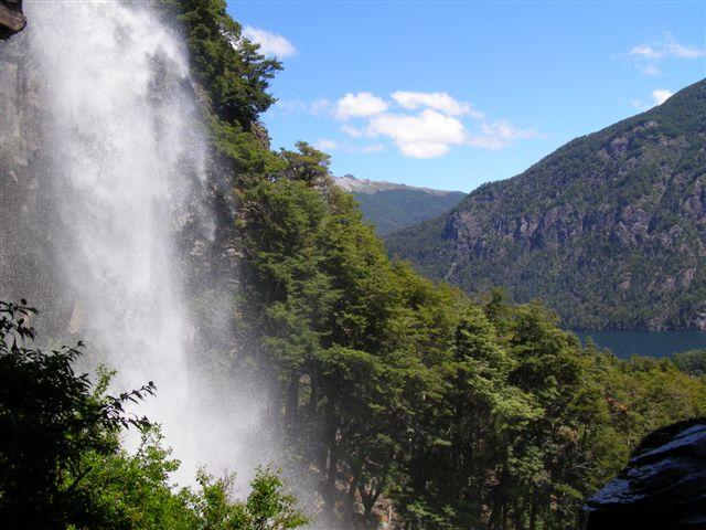 mooie waterval in de buurt van meer Huechulafquen