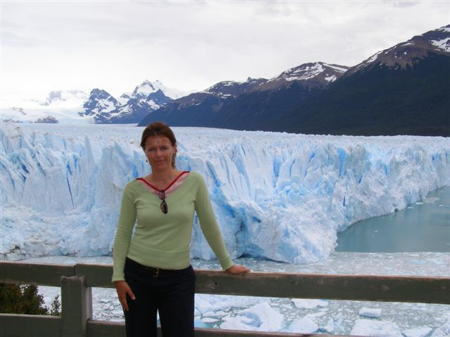 Susanne bij Perito Moreno, Patagonie