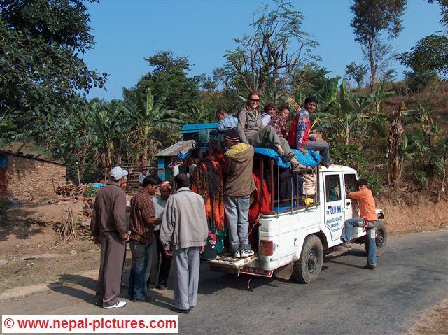 Susanne bovenop de jeep terug naar Dumre