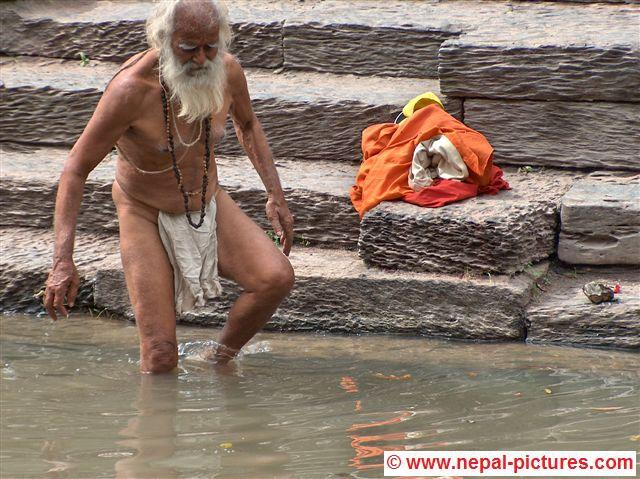 sadhu neemt duik Bagmati rivier