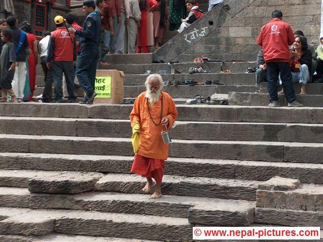 sadhu bij Bagmati rivier