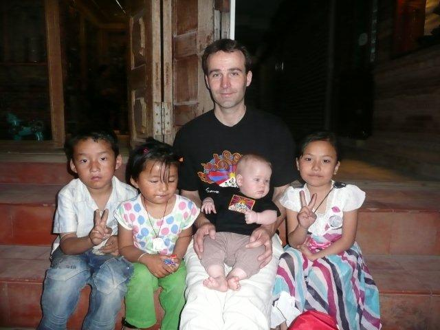 Op de foto met Tibetaanse kinderen