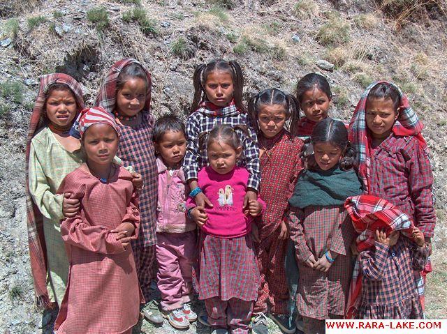 children near Gam Ghadi